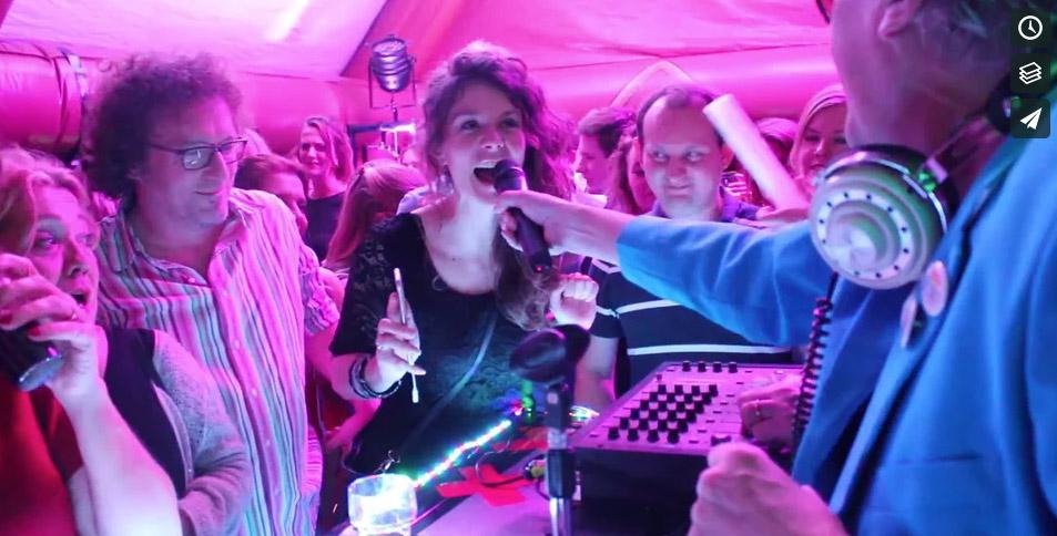 EllaKukla, de enige dj's die geen muziek bij zich hebben maar wel een opblaasbare discotheek!  Iedereen draait z'n eigen nummer vanaf z'n eigen telefoon. Alles komt voorbij: ABBA, Underworld, John de Bever, techno, hiphop, Les Poppys, Gloria Gaynor (4x hetzelfde nummer!) en vele anderen.